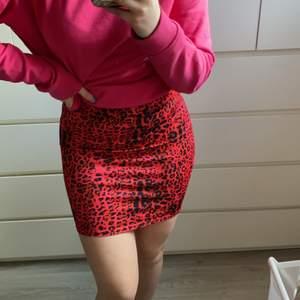 Säljer min röda leopardkjol (som för övrigt inte rekommenderas att matcha med rosa hoodie...) iallafall den är köpt på Nelly och är storlek S