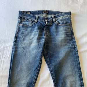 """Mörkblå jeans från jack&jones. Det är storlek 30""""32, och de är slim fit. Jag är 175cm lång. Den är bra i längden men är för tighta. Jeansen är knappt använd och så de är i bra skick. Jag bor i Norrköping och kan mötas upp, annars står köparen för frakten. Pris kan diskuteras!"""