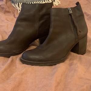 Bruna stövletter/ boots i skinn från vagabond.  I str 39  Ej så använda så i fint skick.