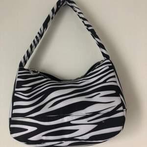 Minibag i zebramönster. Bra skick, använd en gång.