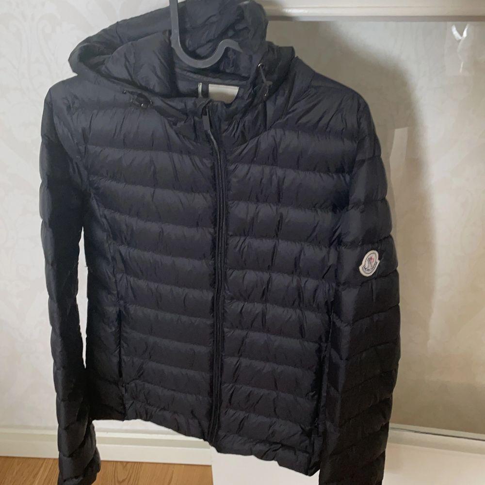 Jag är lite osäker på om jag ska sälja denna jackan den är lite stor på mig... men om någon är intresserad kom gärna med bud så kan vi komma överens, den är helt ny!. Jackor.