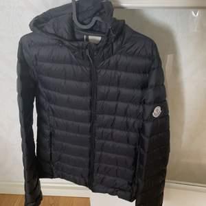 Jag är lite osäker på om jag ska sälja denna jackan den är lite stor på mig... men om någon är intresserad kom gärna med bud så kan vi komma överens, den är helt ny!