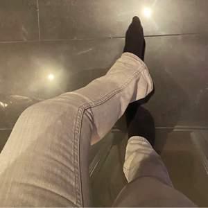 Lägger ut igen pga. oseriös köpare! Raka lågmidjade gråa jeans från Cheap monday, köpta på second hand. 28/32. Skickas spårbart med postnord, 66kr