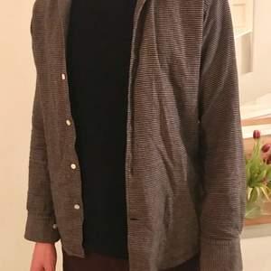 Rutig brun/beige/grå skjorta från These Glory Days. Storlek S men kan även passa en medium.