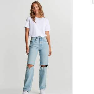 Säljer mina jätte fina jeans från Gina tricot. Dom är i petite vilket gör att dom är kortare i benen. Och jag har dom i storlek 30 som är tajtare i midjan. Dom är helt slutsålda på hemsidan. Dom är bara använda en gång vilket gör att dom är i jätte bra skick!!💘💘  passar dom som är under 165cm lång! Buda i kommentarerna! (Köparen står för frakten)