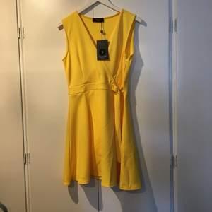 En helt ny gul klänning från SisterS i storlek L. Original pris 399 kr. Frakten ingår inte