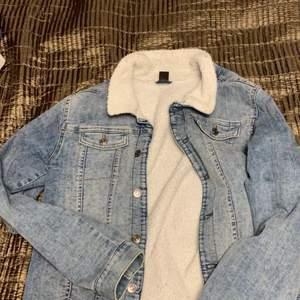 Jeans jacka med teddy foder och fodrade ärmar💙 köparen står för frakten, skriv för fler bilder!!