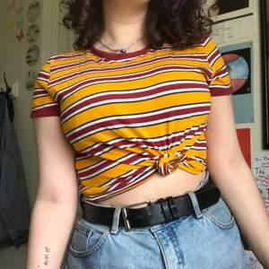 """Har använt och älskat denna tröja såååå mycket, men använder den inte längre🥺 köpt från monik eftersom den gav mig en lätt """"Call me by your name"""" vibe. Så fin med ett par ljus blå mom jeans och ett par converse för en Nice 80's look. Bra kvalitet💛"""