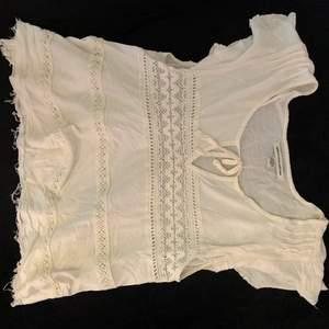 Sjukt gullig och söt kropad top från American Eagle Outfiters, tyvärr för liten för mig!! Säljer för 20kr