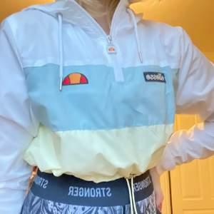 Ellesse tröja, jätte fin och typ aldrig använd, frakt tillkommer. skiv om du har några frågor🥰