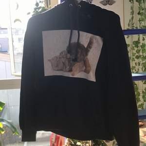 en jätte söt mörkblå/svart hoodie med katter på💞🔮  btw trycket är ganska slitet men det funkar ändå att ha på sig den. Står att den är i storlek XXS men är lite större för att vara XXS!🦋☺️
