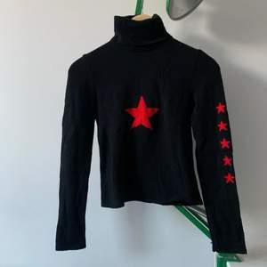 Cool polotröja med en röd stjärna på bröstet och små stjärnor på båda ärmarna. Verkligen jättefin men kommer aldrig till användning. Passar XS och S.💔 skriv om det är några frågor!