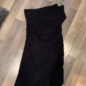 """GARDEROBSRENSNING✨ Superfin festklänning från Gina Tricot i väldigt bra skick då den endast blivit använd 1-2 gånger, storlek XS. Den är one shoulder med en guldkedja som går över ena axeln. Tyget är snyggt """"ihopdraget"""" på ena sidan som visas på bild. Säljer pga att den är för liten och inte min stil. Skriv om du vill ha fler bilder💗 köparen står för frakten🤗"""