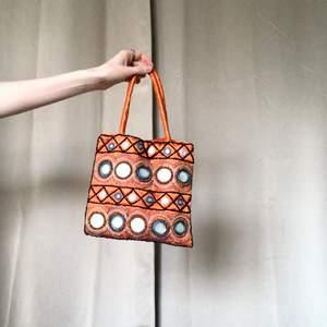 🍒🍑🧡🦁☣️☀️🐅🐱🍒 CUTEST Y2K väskan men små speglar❣️ ett måste i sommar. Thriftad och fin. Skicket är begagnat och vissa speglar har små fläckar på sig. Världens finaste ändå🍒frakt tillkommer. Puss o k🍒