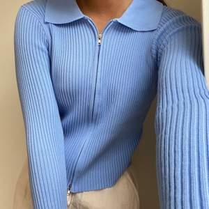 Blå långärmad tröja.
