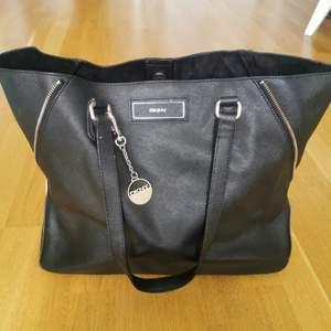 Svart, stor handväska från DKNY