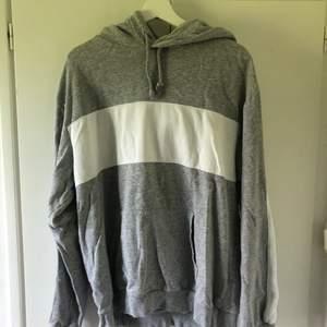Oversize grå hoodie från herr, lite skrynklig pga den legat i garderoben. Frakten kostar kring 44kr