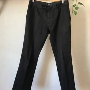 Snygga raka chinos eller byxor från Boomerang i 98% bomull. Svarta och i fint skick! Mäter 42cm i midjan. Jättesköna nu på sommaren! Kan mötas i Stockholm eller skicka mot fraktkostnad! ✨🌸✨