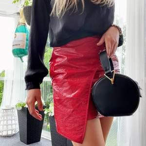 Skitball rockig röd kjol med en mjuk lateximitation från Missguided! 💋💄❤️🧧🌹🍷 använd typ 2 gånger! Passar till alla tillfällen, som fest till middag🤩 väger 134g, så köparen får bestämma vilken typ av frakt den vill betala för 👐 runda väskan finns även till salu!!!