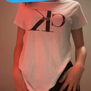 Calvin Klein tröja till salu🌂 Säljen denna vita Calvin Klein tröjan eftersom jag inte använder den🌂 Köpte den i USA i Miami och där kostade den 500 svenska kronor🌂 Men jag väljer och sälja den för 199 kr + frakt🌂 STORLEK S 🌂