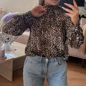 Supersöt blus med leopardmönster stl xs men passar S också. Helt oanvänd med lappen kvar, säljer pga. Rensar garderoben efter flytt. Köpt för 149kr. Köparen står för frakt.
