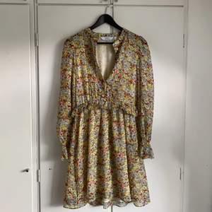 Supersöt kort klänning från &otherstories! Nypris är 590 kr men säljer den för 180 kr exklusive frakt😎