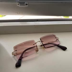 Helt oanvända solglasögon. 80kr inkl frakt.
