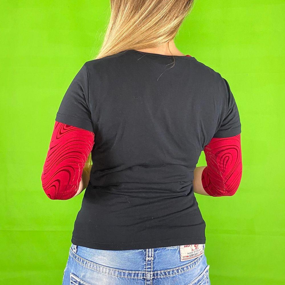Miss Sixty form fitting t-shirt i toppenskick. Storlek XL men är mindre i storlek. Stretchigt material. Modellen använder vanligtvis storlek S och är 169cm för referens. Den röda undertröjan följer ej med. Spårbar frakt på 66kr är inräknad i priset.  Axel till axel 37.5cm. Arm längd 15cm. Byst bredd 41.5cm.. T-shirts.
