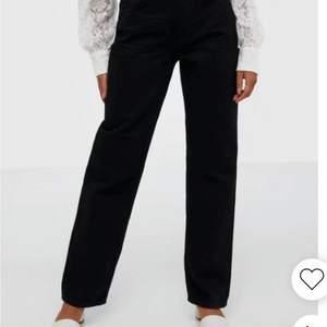 Säljer dessa skitsnygga jeans från Gina tricot. De har fått vita sträck/linjer över byxorna men det är en skitsnygg detalj (se bild 3). Säljer de för 250kr+frakt. Är det flera som är intresserade är det den som budar högst som får de