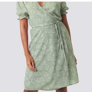 Grön klänning från nakd med sommrigt mönster😍 Säljer för 200kr då jag endast använt den en gång, alltså väldigt bra skick! Kontakta för frågor eller fler bilder😇