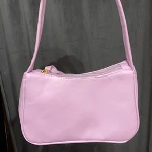 Säljer min fina lila handväska