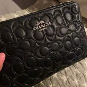 Så snygg plånbok med glitterdetaljer. Använder dock aldrig plånbok så denna har knappt fått användning💖 Köpt i USA för 75 dollar! Bud från 175kr