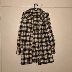 En lite tjockare skjorta som går att använda som jacka på sommaren och våren. Aldrig använd🥰 (frakt inräknat i priset!!!) 🥳🍃