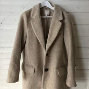 En jätte fin beige kappa som knappt är använd🤎 Den är i väldigt bra skick och passar perfekt både som en höst och vinterkappa och en vårkappa👍🏼🤍🤍. Kappan är i strl xs men sitter lika bra som en s