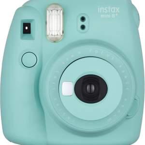 turkos kamera som skriver ut polaroidbilder direkt efter tagen bild, kameran funkar superbra och är ungefär ett halvår gammal. säljs pga att den inte används🤍 paket med filmer medföljer 🤍 köpt för 800kr