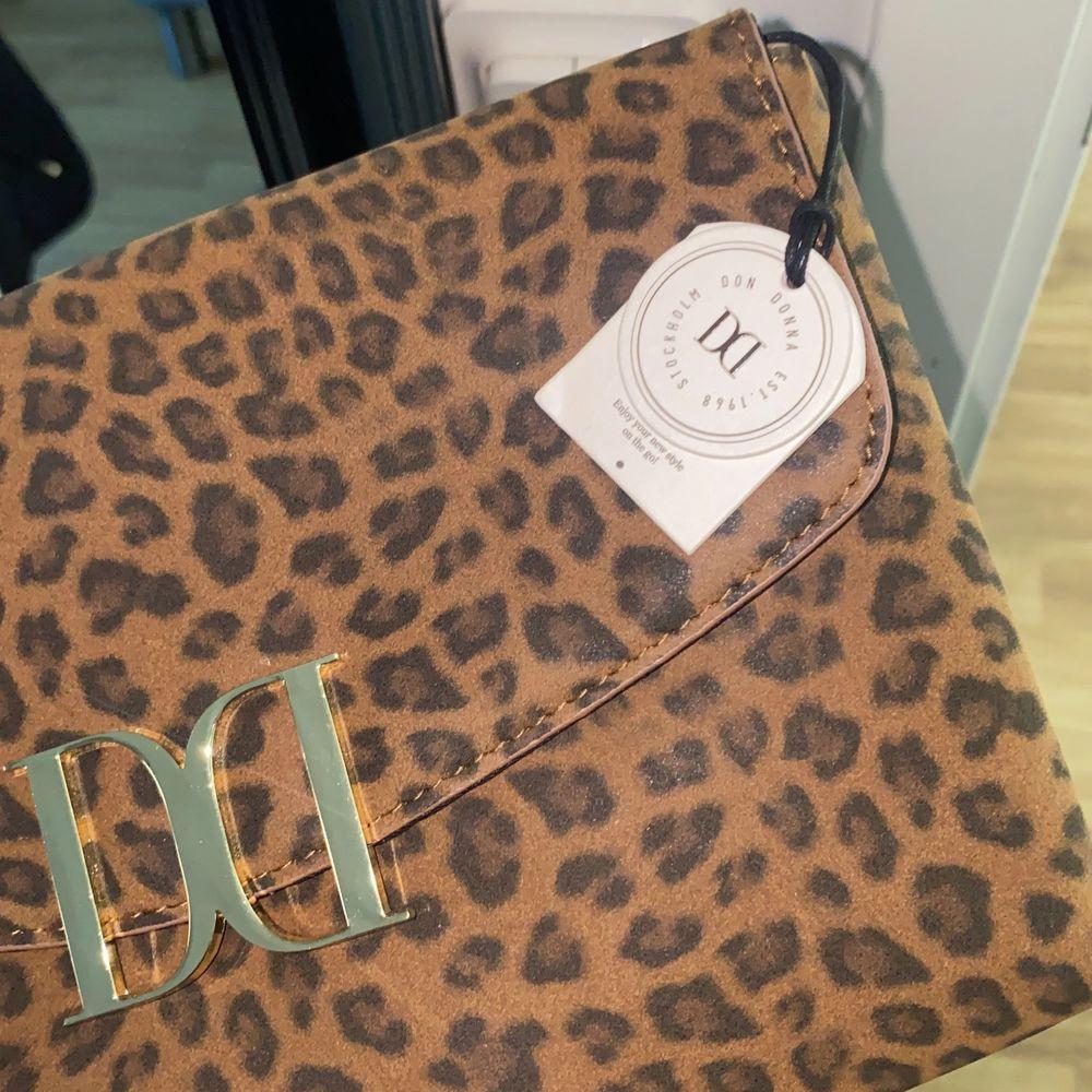 Säljer en liten väska som är helt ny med prislappen kvar, den är köpt från märket Don Donna och kommer tyvärr inte till användning . Accessoarer.