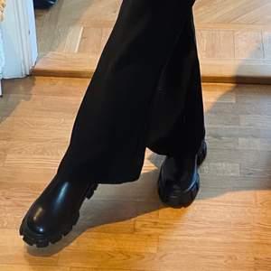 Så snygga och helt nya boots från Boohoo som ser ut som de från Prada🖤 säljer då de tyvärr var för stora i storleken för mig så hoppas att någon annan kan använda dem istället!