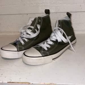 Militärgröna skor, aldrig använda! Mycket bra skick!!