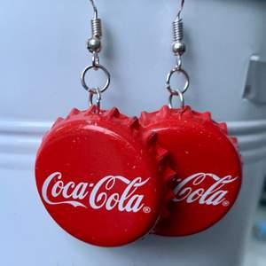 egengjorda örhängen av coca cola kapsyler. unika och har själv fått många komplimanger för de. de är lite tyngre eftersom det är kapsyler men det är inget man tänker på under dagen. 50kr inklusive frakt. ❗️INTE NICKELFRIA❗️om du har några frågor är det bara att fråga på:)