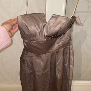 Säljer denna fina klänningen, den är stor på mig därför säljer jag, den är nog mer i storleken S!