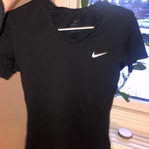 en svart Nike träningströja, använd fåtal gånger då jag inte tränar någonting alls och den bara ligger i garderoben, super bra skick, storlek s men passar både xs/s då den är stretchig🥰