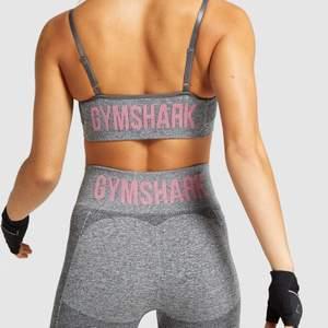 Säljer mitt fina gymshark träningsset som jag köpt för länge sen men knappt använt då jag har gymkläder som jag gillar bättre ✨ setet är i väldigt bra skick och ser knappt använt ut, både topp och byxa är i storlek S 🦋 frakt tillkommer på 50kr!! ord. pris var 1099kr totalt 🦋