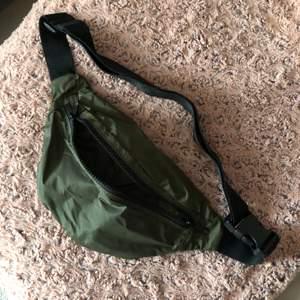 En snygg militärgrön midjeväska med ytter och innerfack samt 2 till fack i väskan. Köpt på H&M. Använt 2 gånger, bra skick! 💚
