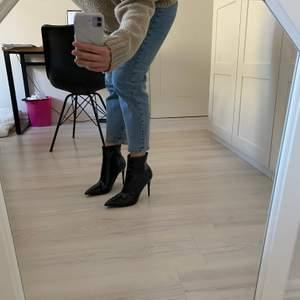 Svarta högklackde skor i lack material från Boohoo i strl.40. Använda 1gång, inga märken eller tecken på användning. Går att mötas upp eller fraktas.