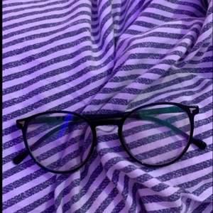 Otroligt fina glasögon! Utan styrka, till för blåljus💕 (de glimtar lite grönt när man kollar på de utanför bild 2!) 💕 om många är intresserade så budar man i kmt eller kontaktar mig! Budet startar på 50kr exklusive frakt💕