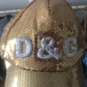 Fejk Dolce & Gabbana keps med paljetter och diamanter!