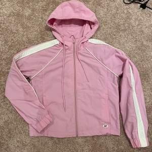 """Säljer min rosa """"vindjacka"""" från abercrombie and fitch. Ett år gammal använd max 3 ggr. Säljer då jag redan har så många jackor som är rosa. Den är i stl xs men passar säkerligen en S. Säljer för 230kr (frakten ligger runt 72kr och är inräknad i priset)"""