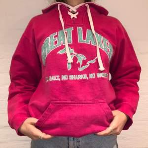Vi säljer denna rosa hoodie med broderat Great Lakes på. Den är dessutom broderat på luvan. Priset är 299kr. Den är i storlek M och passar som en M. Personen på bilden är 175 och brukar ha på sig S/M. Den är lite nopprig i texten men har inga andra defekter.  Kontakta oss på Plick eller på vår Instagram @wanderetro. Om flera visar intresse blir det budgivning. Köparen står för spårbar frakt på 66kr. 🤍