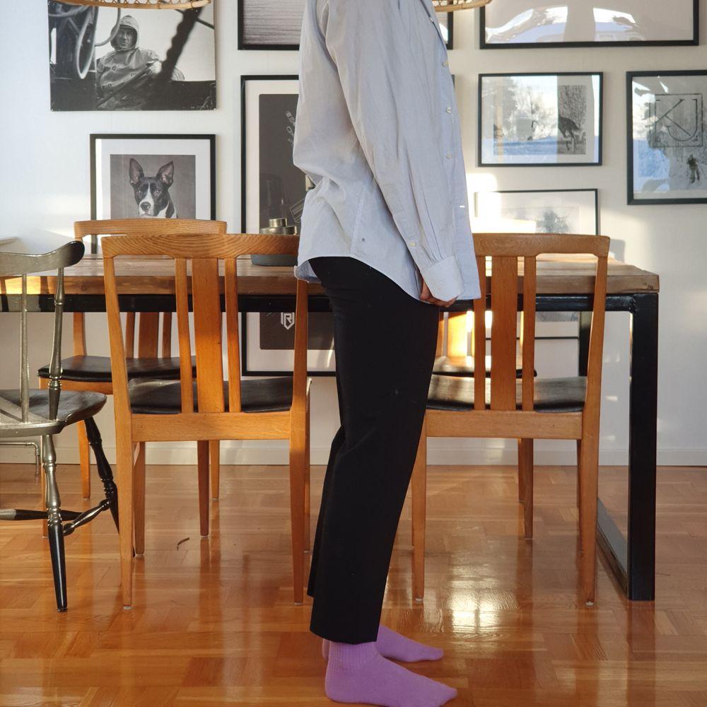 Lågmidjade. Använt men fint skick. Pressveck. Jag är 170cm. Passar 36 fast det står 38 i byxorna. . Jeans & Byxor.