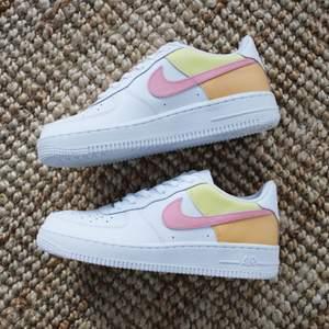 Customized Nike Air Force 1 i storlek 38 i gul/rosa/peach, perfekta till våren! Skickas i orginalkartongen spårbart med Postnord för 66 kr 📦 Buda i kommentarerna från 1000 kr 💛
